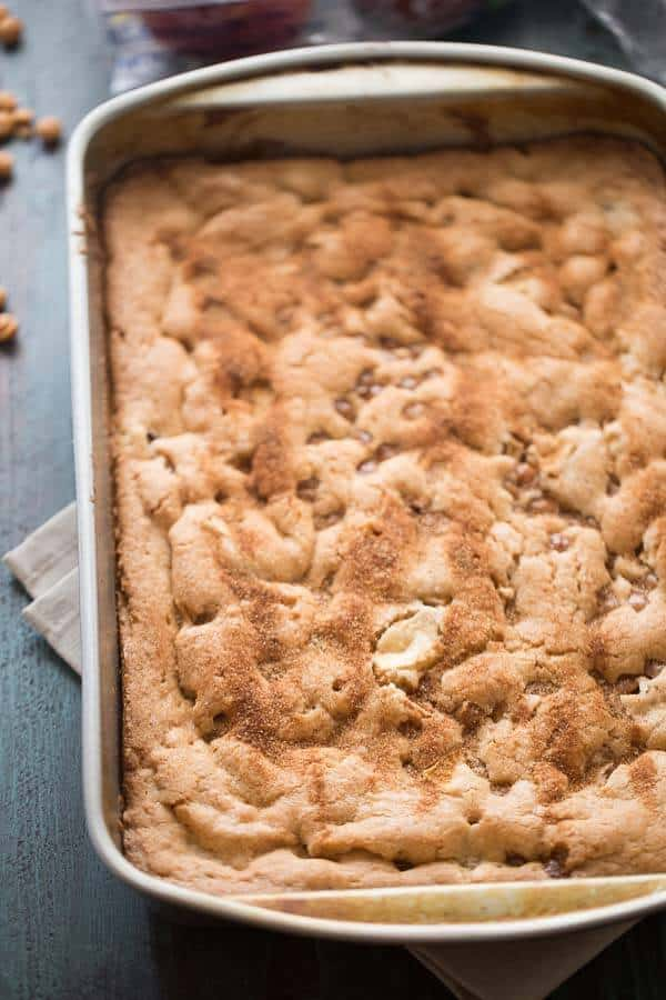 This is the best apple brownie recipe! Each bite holds cinnamon, fresh apples and caramel bits. These blondies are like caramel apples disguised as a soft blonde brownie! lemonsforlulu.com