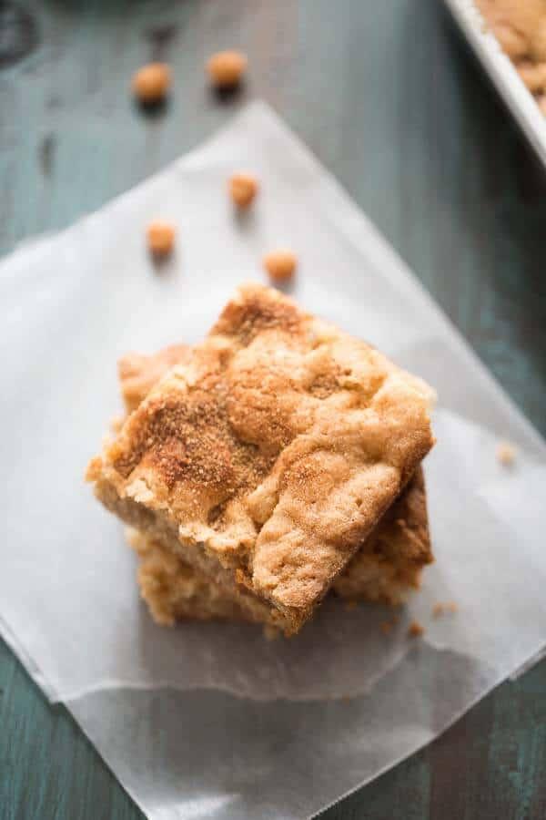 A simple caramel apple brownie recipe with tender apples, lots of cinnamon and sweet caramel bits! lemonsforlulu.com