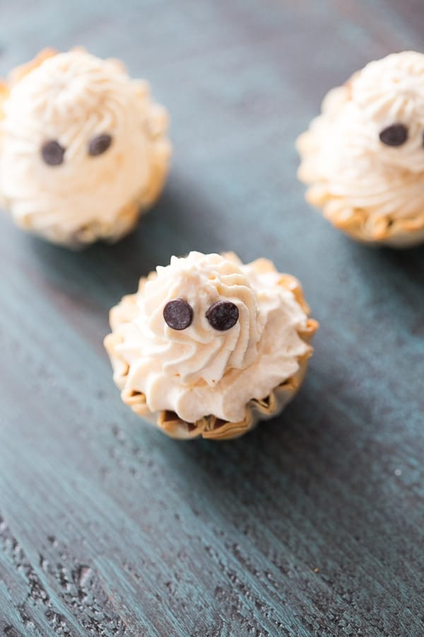 Fillo cups get filled with a a rich, no bake filling and topped with a creamy pumpkin whipped cream lemonsforlulu.com