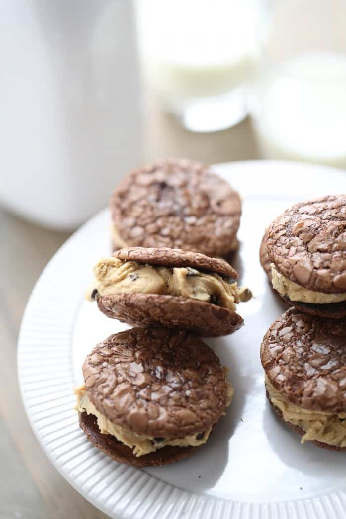 Chocolate and peanut butter are a winning combination. The flavor combination really shines in this Chocolate peanut butter sandwich cookie recipe! lemonsforlulu.com
