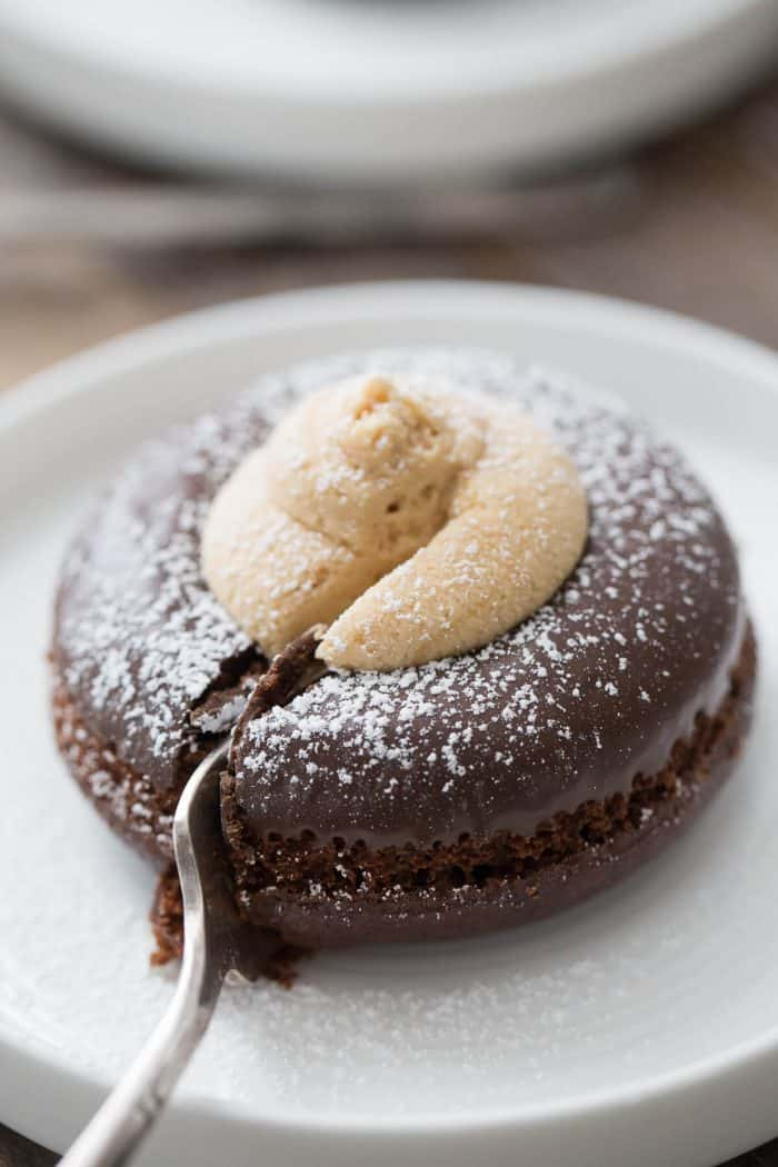 These buckeye mini cakes are so easy! The trick to start with baked chocolate donuts!