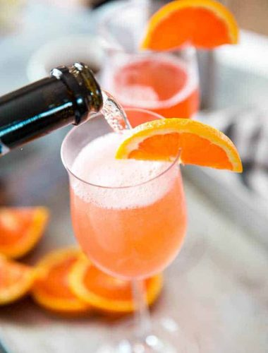 Fuzzy navel cocktail prosecco pour