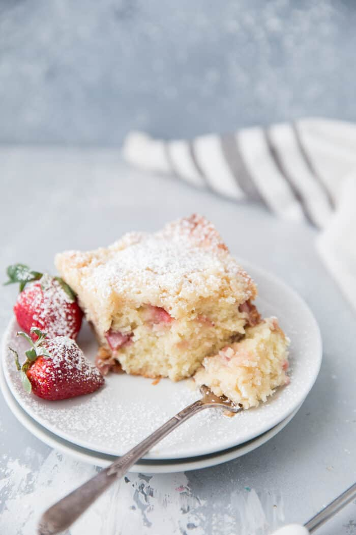 crumb cake with strawberries